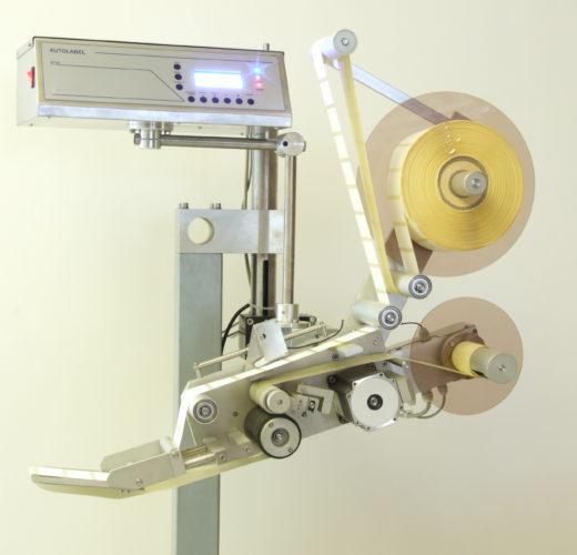 Etykieciarka półautomatyczna do obsługi procesu etykietowania