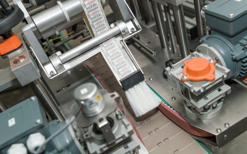 System etykietujący opakowania płaskie od góry z układem odrzutu